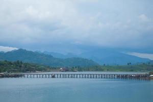 puente sobre el río foto