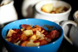 Carne de cordero y patatas en un bol foto