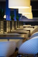 restaurante con mesas y sillas vacías. foto
