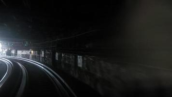 larga exposición de un tren subterráneo foto