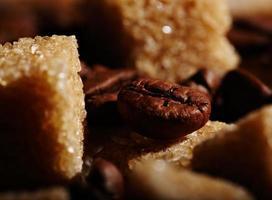 terrones de azúcar y café