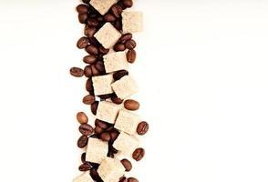 azúcar y granos de café en blanco