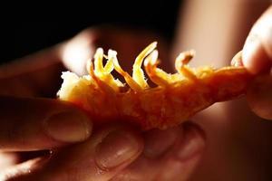 camarones en manos