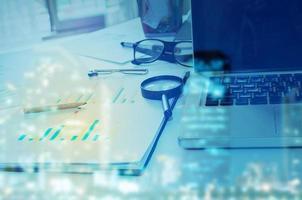 escritorio de negocios con superposición azul foto