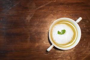 Cerca de sopa de champiñones en taza de cerámica blanca