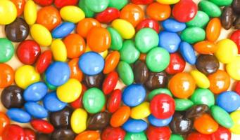 dulces de botones de chocolate de colores foto