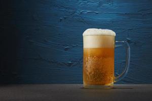 cerveza sobre fondo azul