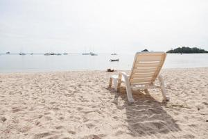 cama para tomar el sol en la playa foto