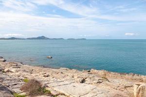 playa rocosa y mar en tailandia foto