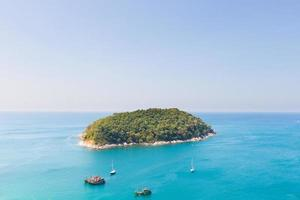 pequeña isla cerca de phuket foto