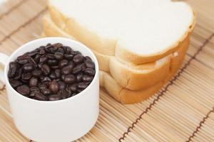 pan y taza con granos de café foto