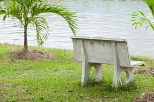 banco de piedra en el parque