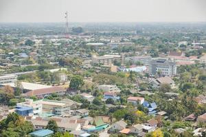 edificios y torres en phetchaburi en tailandia foto