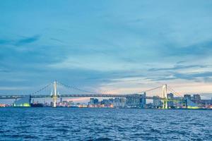 puente arcoiris en la ciudad de tokio