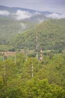 torres de telecomunicaciones en el bosque foto