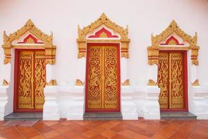 puertas en un templo en tailandia