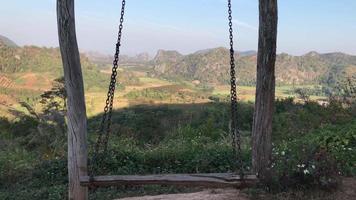 de lege houten schommel op de top van de berg
