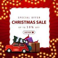 oferta especial, rebajas navideñas, hasta 50 de descuento. Banner de descuento cuadrado rojo con guirnalda de Navidad, hoja de papel blanco y árbol de Navidad con coche