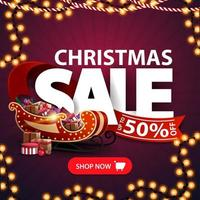 venta navideña, hasta 50 de descuento, banner de descuento cuadrado púrpura con guirnaldas, letras grandes, cinta roja, botón y trineo de santa con regalos vector