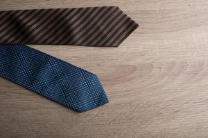 Corbatas de seda sobre un fondo de madera foto
