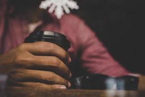 hombre hipster sosteniendo una taza de café