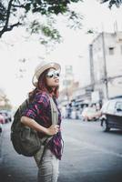 Viajes turista mujer con mochila al aire libre durante las vacaciones