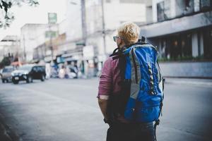 joven inconformista viajando mochilero por Asia foto