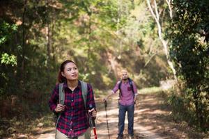 pareja de mochileros caminando juntos foto