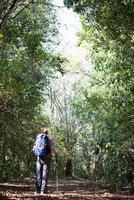 hombre de aventura caminando en las montañas con una mochila foto