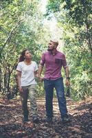 joven y atractiva pareja de senderismo en el bosque foto