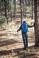 trasero de un joven con mochila sube a la montaña foto