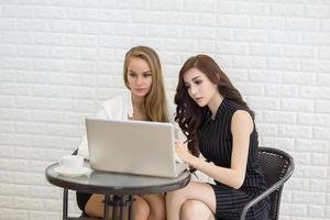 dos, mujer de negocios joven, trabajar en oficina