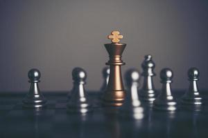 Configuración de ajedrez rey y caballero sobre fondo oscuro
