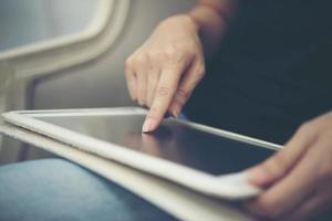 primer plano, de, manos, utilizar, tableta, sentado, y, relajante