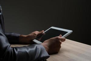 empresario sosteniendo la tableta y mirando en una pantalla en blanco
