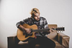 joven guitarrista hipster