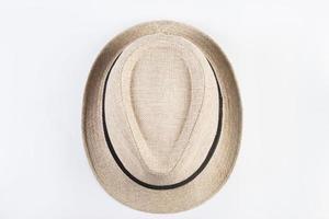 Vista superior del sombrero de paja aislado sobre fondo blanco. foto