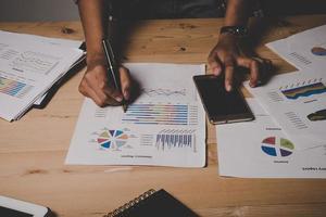 empresaria con documento empresarial de análisis de trabajo