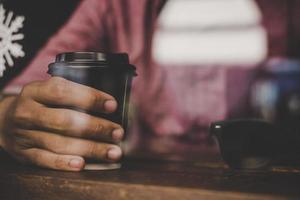 hombre hipster sosteniendo una taza de café foto