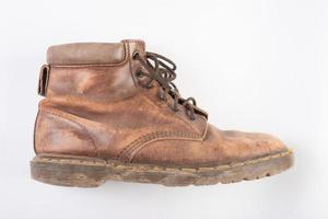 Par de viejas botas marrones aislado sobre un fondo blanco.