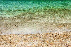 Olas del océano con guijarros en la playa