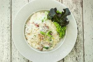 risotto con champiñones en un plato blanco foto