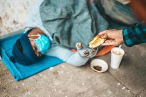 un panadero le da a un mendigo foto