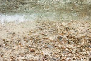 agua sobre guijarros en la playa