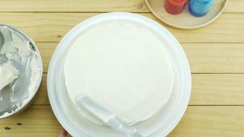 mulher colocando creme no bolo de manteiga video