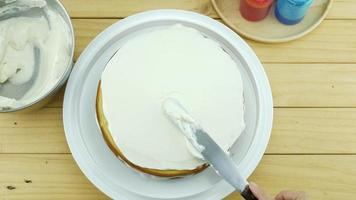 vista superior da mulher fazendo fundo de bolo de manteiga video