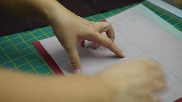manos de mujer, haciendo su patchwork con papel