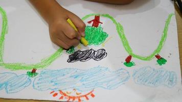 Garçon de 7 ans dessinant une image heureusement