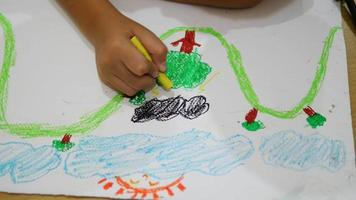 Menino de 7 anos desenhando felizmente video