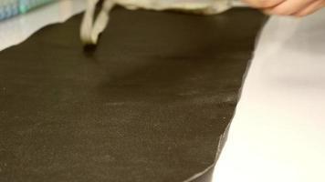 sastre de cuero está trabajando con su producto hecho a mano. video